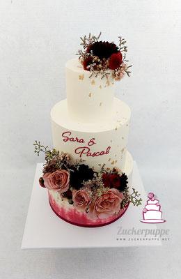Frische Blumen, passend zur Deko mit Bordeaux und Gold zur Hochzeit von Sara und Pascal