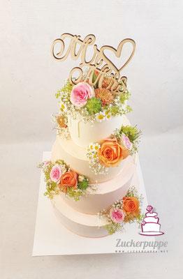 Zarter Farbverlauf von Weiss, Apricot und Rowa mit den passenden Blumen zur Hochzeit von Sally und Matthias