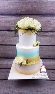 Echte Rosen und Goldener Schimmer zur Hochzeit von Celina und Can, das Hellblau steht für viel Liebe, die noch im Bauch der Braut ist.