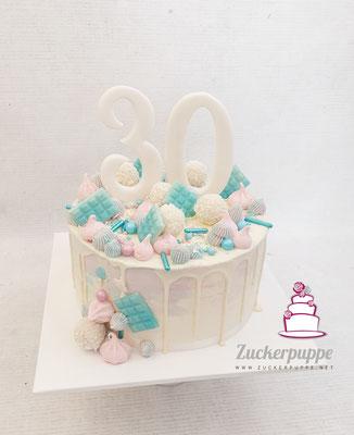 Dripcake in Rosa und Babyblau zum 30. Geburtstag von Floria, mit diesem Törtchen hat sie ihrer Familie verraten, dass das Baby ein Junge wird - beim Anschneiden der Torte sind blaue M&Ms und Smarties rausgekullert