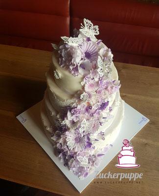Blütenfluss - Torte in Weiss und Brombeere zur Hochzeit von Martina und Marc