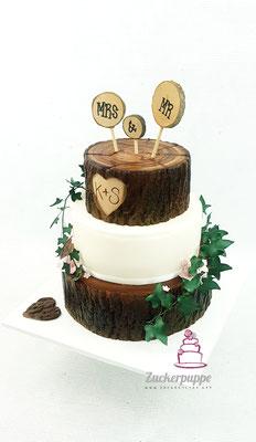 BaumstammTorte mit handmodellierten Efeuranken und Blüten aus Zucker zur Hochzeit von Kathrin und Stefan