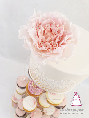 Cupcaketower in Lachsrosa, Weiss und Gold zur Hochzeit von Fabiola und Andreas