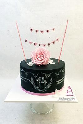 Schlichte Torte mit Wandtafeloptik und handmodellierter Zuckerrose zum 14. Geburtstag von Maria-Inês