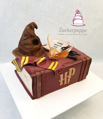 Harry Potter Buchtorte zum 30. Geburtstag von Maria, mit Schnatz, Sprechendem Hut, Griffindor-Schal, Geburtstagskarte, Harry's Brille und sein Zauberstab