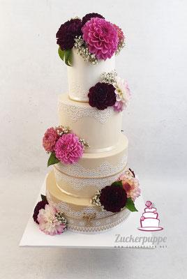 Zuckerspitze und Beige Farbverlauf, passend zur Einladungskarte, mit frischen Dahlien zur Hochzeit von Romana und Stefan