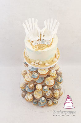 Cupcake-Tower zum Thema Strand, Sand und Meer mit Strandstuhltopper als Brautpaar zur Hochzeit von Angela und Joel