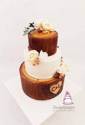 BaumstammTorte mit handmodellierten Efeuranken und Rosen und Ranunkeln aus Zucker zur Hochzeit von Corinna und Lukas