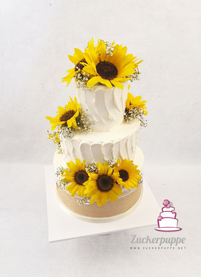 Frische Sonnenblumen und essbares Juteband mit Spitze zur Hochzeit von Anja und Fabian