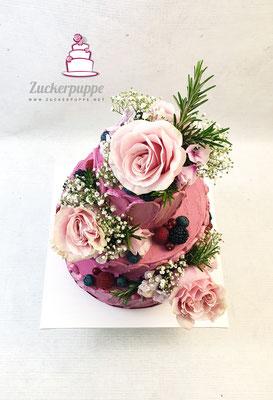 Frische Blumen und Rosmarin, passend zur Deko mit Crememuster auf der Torte und passende Cupcakes zur Hochzeit von Kim und Elias