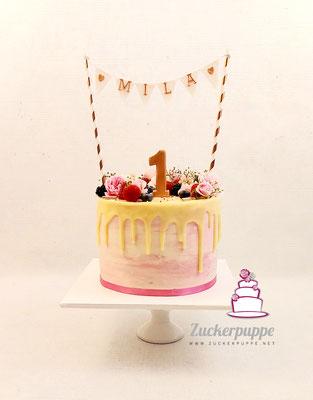 Dripcake mit Beeren und Blümchen zum ersten Geburtstag von Mila