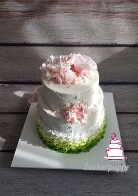 Hochzeitstorte mit grünem Ombre Farbverlauf und rosa Blüten für Rebecca und Valentin