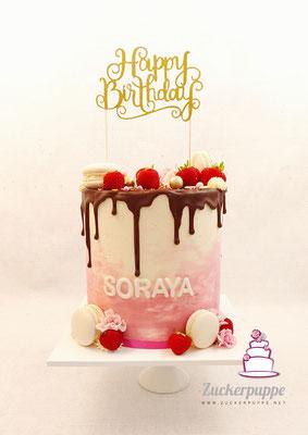 Dripcake mit Erdbeeren und Macarons zum 20. Geburtstag von Soraya