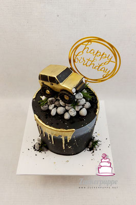 Dripcake in Schwarz und Gold mit modelliertem Geländewagen zum 30. Geburtstag von Emanuel