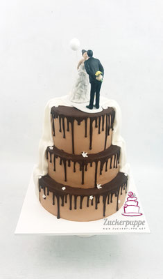 Braun - Weisse Torte mit Schokoladendrip und Weiss-Gelbem Blütenfluss zur Hochzeit von Perrine und Lucas