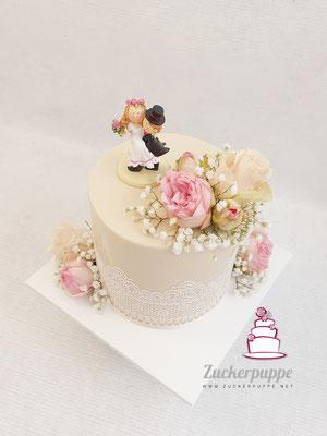 Torte in Ivory mit Zuckerspitze und frischen Blumen zur Hochzeit von Seraina und Patrick