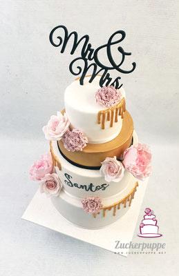 Weiss und Gold mit handmodellierten altrosa Blüten zur Hochzeit von Melani und Caudio