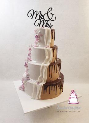 Braun - Weisse Torte mit Schokoladendrip und Blütenfluss in Flieder, Altrosa, Grau und Weiss zur Hochzeit von Nadya und Wolfgang