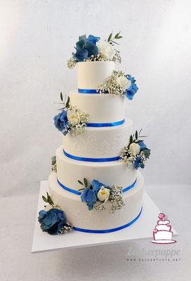 Blaue und Weisse Blumen mit zarten Ornamenten passend zum Farbkonzept zur Hochzeit von Elena und Lucca