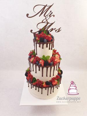 Seminaked Dripcake mit frischen Beeren und Minze zur Hochzeit von Christopher und Viktoria