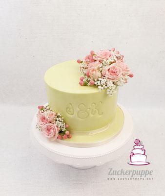 Symbolisches Törtchen mit rosa Rosen und Schleierkraut zur Hochzeit von Jana und Kevin