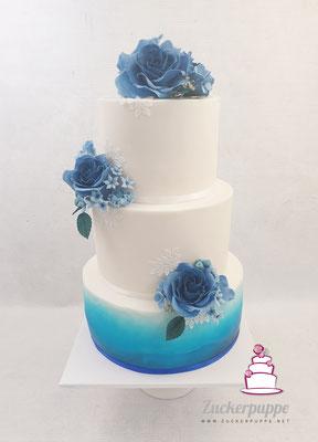 Handmodelierte Zuckerblüten in Blautönen zur Hochzeit von Mirjam und Loris