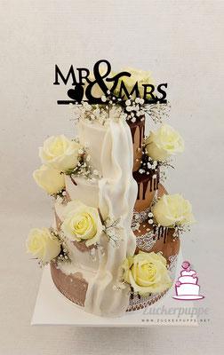 Braun-Weisse Torte mit Zuckerspitze und Frischen Rosen zur Hochzeit von Dana und Pascal