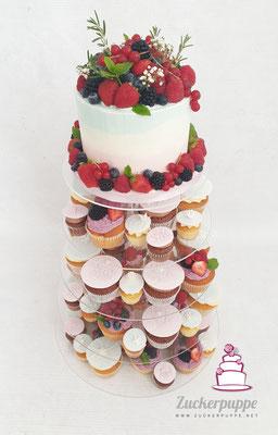 Cupcaketower mit frischen Beeren in Hellblau und Rosa zur Hochzeit von Sabrina und Kristoffer