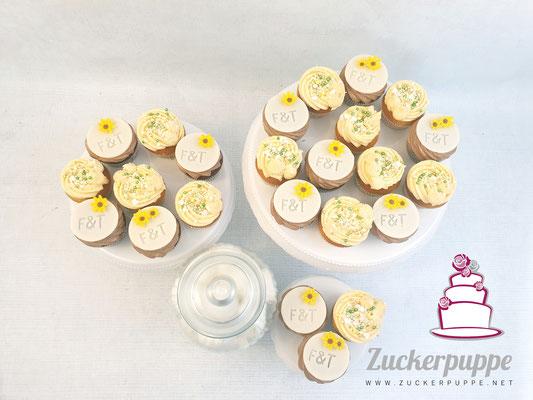 Cupcakes mit kleinen Sonnenblümchen und Marshmallows fürs Feuer zur Hochzeit von Fabienne und Thorsten