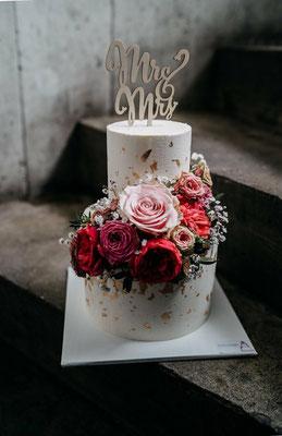 Frisches Blumenbouquet und Blattgold mit leichter Betonoptik zur Hochzeit von Ilaria und Baris
