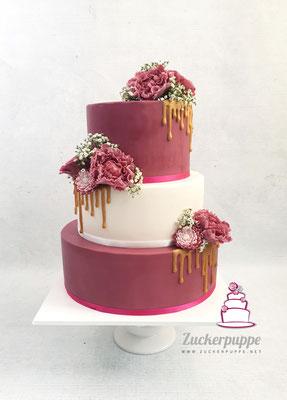 Himbeerpink und Weiss mit goldenem Drip und handmodellierten Blüten aus Zucker zur Hochzeit von Jacqueline und Camilo