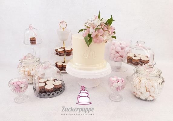 Sweet-Table mit Torte, Cupcakes, Macarons, Cookies, Meringues, Marshmallows und Zuckermandeln zur Hochzeit von Noemi und Julian