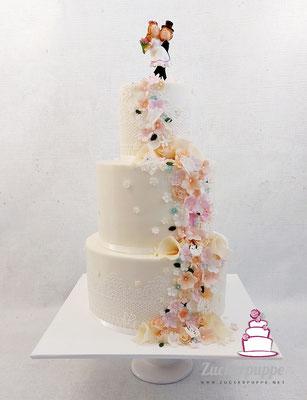 Blütenfluss in Creme, Rosa und Lachs mit mint und dunkelgrünen Akzenten zur Hochzeit von Valérie und Andi