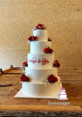 Passend zur Einladungskarte in Weiss mit Bordeauxroten Rosen und der gleichen Schrift zur Hochzeit von Mélanie und Stefan