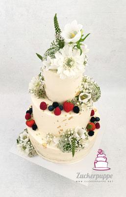 Seminaked - Cake mit Frischen Beeren, Blüten und Blattgold zur Hochzeit von Angela und Simon