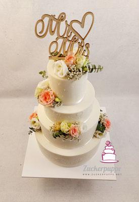 Schlichte Torte mit zarten Ornamenten und frischen Blumen zur Hochzeit von Manuela und Kaspar