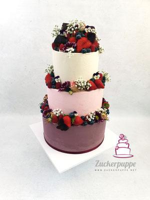 Buttercreamcake in den Farben der Einladungskarte mit frischen Beeren und Blüten zur Hochzeit von Sonja und Christoph