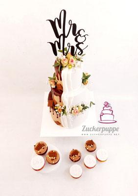 Braun - Weisse Torte mit Schokoladendrip und Frischen Blumen mit dazupassenden Cupcakes zur hochzeit von Linda und Sandro