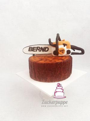 BaumstammTorte mit handmodellierter Motorsäge zum 56. Geburtstag von Bernd
