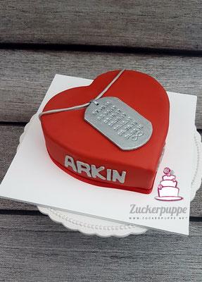 Herztorte mit seinem Schmuck - Anhänger mit den wichtigsten Daten seiner Liebe zum 31. Geburtstag von Arkin