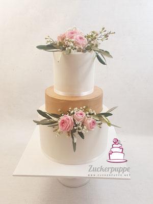 Rosegold mit Olivenzweigen und Polyantarosen zur Hochzeit von Anna und Erick