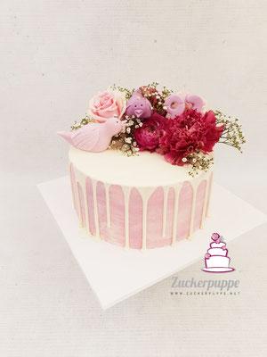 Dripcake mit frischen Blumen und kleinen Vögeln aus Fondant zum 93. Geburtstag von Emmi