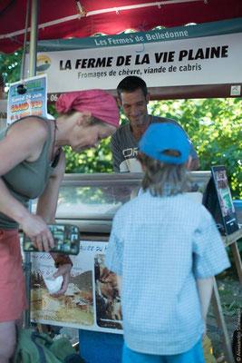Marché fermier habituel du 2e samedi du mois avec des producteurs du coin. Au panier: miel, tisanes, pains, bières, légumes, fromages, viande et même... un barbier!