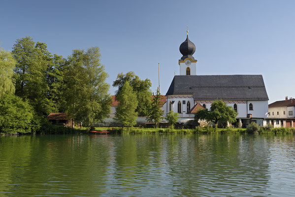 Kirche St. Johannes der Täufer am Ufer der Alz