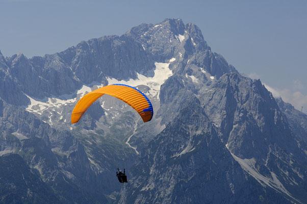 Gleitschirmflieger vor der Zugspitze