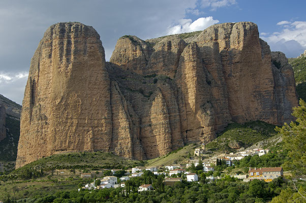 Mallos de Riglos mit dem Dorf Riglos (E)