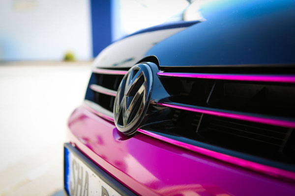 Autofolierung VW-POLO - von schwarz auf Gloss Fierce Fuchsia - sportlich - Kühlergrill