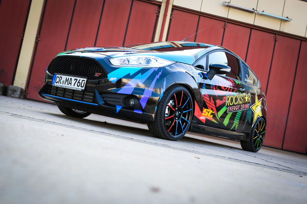 sportlich: Ford Fiesta ST Auto Folierung, KFZ Folierung - von Schwarz auf Digitaldruck Rockstar-Design - Blickwerbung in Crailsheim