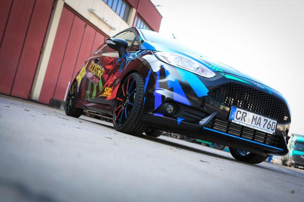 Ford Fiesta ST Auto Folierung, KFZ Folierung - von Schwarz auf Digitaldruck Rockstar-Design - Blickwerbung in Crailsheim