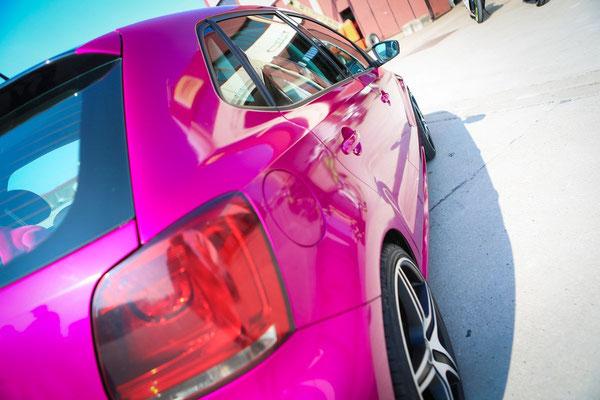 Autofolierung VW-POLO - von schwarz auf Gloss Fierce Fuchsia - sportlich - Rückleuchten